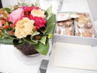 吉田さんからの花とお菓子
